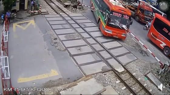 Xe khách suýt đâm tàu hỏa khi đâm xuyên rào chắn ảnh 1