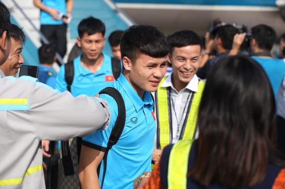 Đông đảo người hâm mộ chào đón đội tuyển bóng đá nam về nước ảnh 4