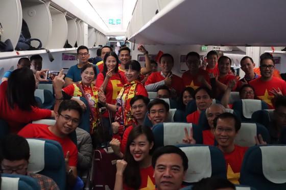 Hàng trăm CĐV bay sang Dubai cổ vũ đội tuyển Việt Nam trong trận tứ kết Asian Cup 2019 ảnh 5