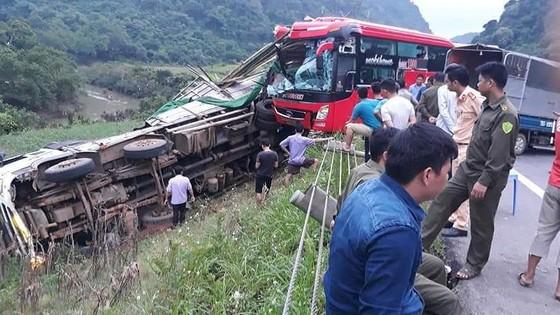 Xe khách tông xe tải, 2 người chết, 14 người bị thương ảnh 1