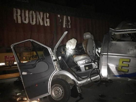 Va chạm với xe contairner trong đêm, 16 người bị thương ảnh 1