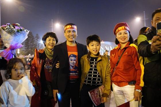 Các cầu thủ U22 và đội tuyển nữ Việt Nam rời sân bay Nội Bài đến diện kiến Thủ tướng ảnh 10