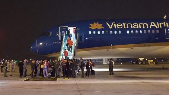 Các cầu thủ U22 và đội tuyển nữ Việt Nam rời sân bay Nội Bài đến diện kiến Thủ tướng ảnh 5