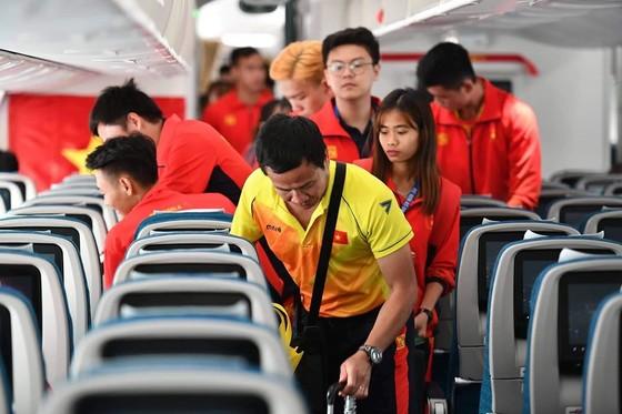 Các cầu thủ U22 và đội tuyển nữ Việt Nam rời sân bay Nội Bài đến diện kiến Thủ tướng ảnh 15