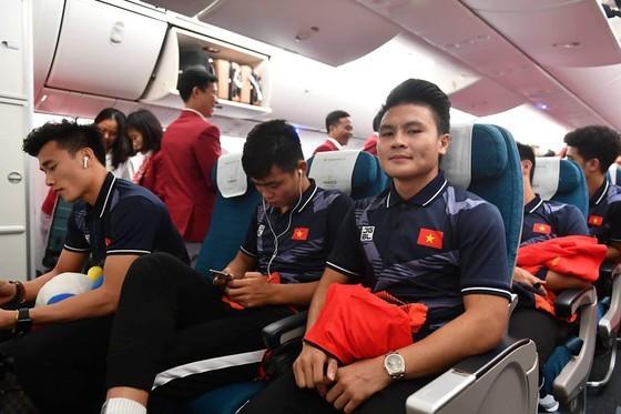 Các cầu thủ U22 và đội tuyển nữ Việt Nam rời sân bay Nội Bài đến diện kiến Thủ tướng ảnh 14