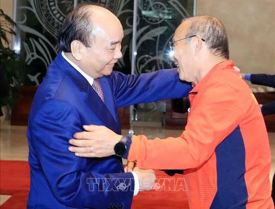 Các cầu thủ U22 và đội tuyển nữ Việt Nam rời sân bay Nội Bài đến diện kiến Thủ tướng ảnh 1
