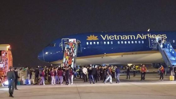 Các cầu thủ U22 và đội tuyển nữ Việt Nam rời sân bay Nội Bài đến diện kiến Thủ tướng ảnh 4
