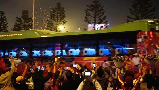 Các cầu thủ U22 và đội tuyển nữ Việt Nam rời sân bay Nội Bài đến diện kiến Thủ tướng ảnh 9