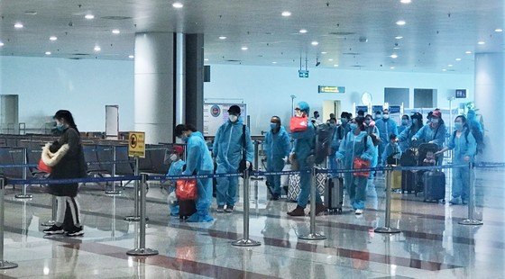 Chuyến bay chở 310 công dân Việt Nam từ Phần Lan, Thụy Điển vừa hạ cánh tại sân bay Nội Bài  ảnh 1