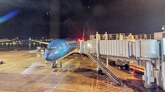 Chuyến bay thẳng đầu tiên đến Texas đón 350 công dân Việt Nam về nước  ảnh 1