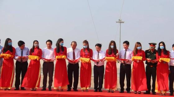 Phó Thủ tướng Thường trực Chính phủ Trương Hòa Bình cắt băng khánh thành dự án cải tạo, nâng cấp đường băng sân bay Tân Sơn Nhất