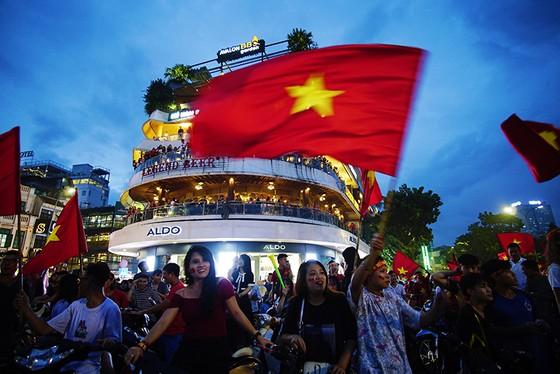 Dù thua, cổ động viên tự hào cùng Olympic Việt Nam ảnh 4
