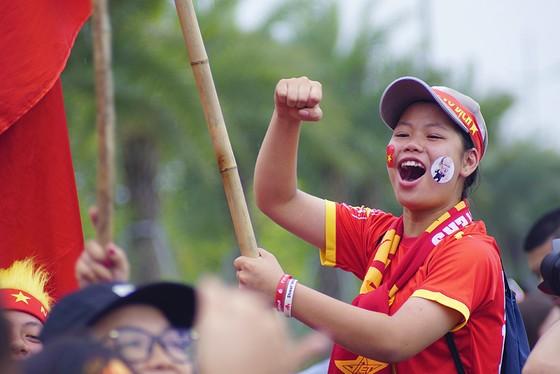 Hàng ngàn người hâm mộ đổ ra đường đón Đoàn thể thao Việt Nam ảnh 27