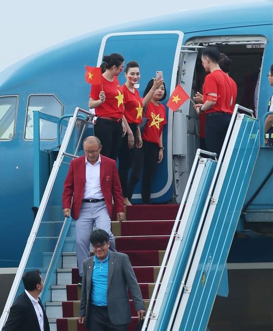 Hàng ngàn người hâm mộ đổ ra đường đón Đoàn thể thao Việt Nam ảnh 6