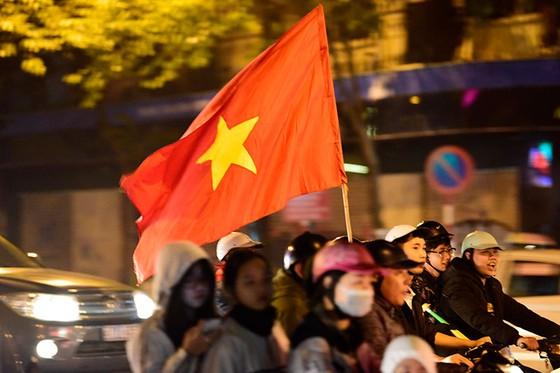 Những cách cổ vũ chỉ có ở Việt Nam dành cho tình yêu bóng đá ảnh 11