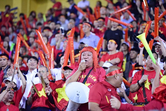 CĐV Việt Nam tin vào chiến thắng đậm trước Campuchia ảnh 6