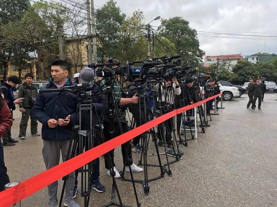 Phóng viên quốc tế đặt máy ghi hình chờ đoàn tàu lãnh đạo Triều Tiên tại ga Đồng Đăng ảnh 4