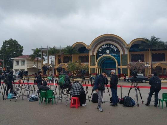 Phóng viên quốc tế đặt máy ghi hình chờ đoàn tàu lãnh đạo Triều Tiên tại ga Đồng Đăng ảnh 2