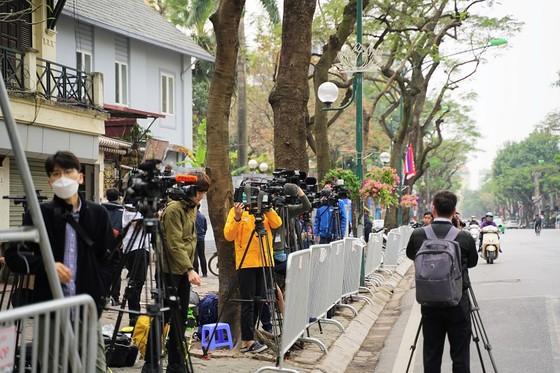 Phóng viên quốc tế đặt máy ghi hình chờ đoàn tàu lãnh đạo Triều Tiên tại ga Đồng Đăng ảnh 7