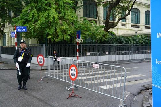 An ninh chốt chặn mọi ngả đường về khách sạn Sofitel Metropole  ảnh 3