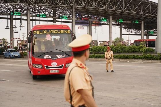 Xe khách chở quá 23 người bị phạt gần 70 triệu đồng ảnh 1