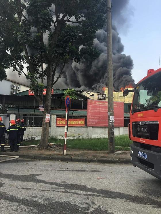 Cháy lớn tại nhà máy cạnh siêu thị Aeon Mall Long Biên ảnh 2