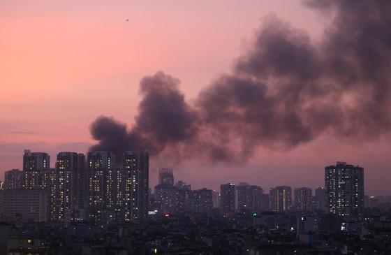 Đến 23 giờ 30, vụ cháy tại Công ty Bóng đèn phích nước Rạng Đông được khống chế ảnh 1