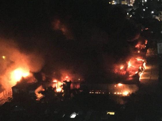 Đến 23 giờ 30, vụ cháy tại Công ty Bóng đèn phích nước Rạng Đông được khống chế ảnh 2