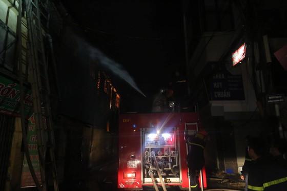 Đến 23 giờ 30, vụ cháy tại Công ty Bóng đèn phích nước Rạng Đông được khống chế ảnh 8