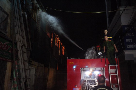 Đến 23 giờ 30, vụ cháy tại Công ty Bóng đèn phích nước Rạng Đông được khống chế ảnh 4