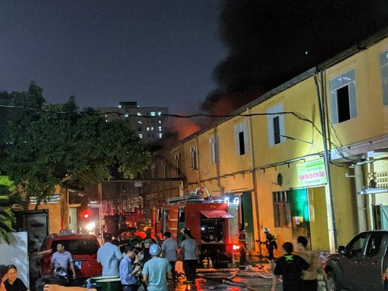 Đến 23 giờ 30, vụ cháy tại Công ty Bóng đèn phích nước Rạng Đông được khống chế ảnh 14