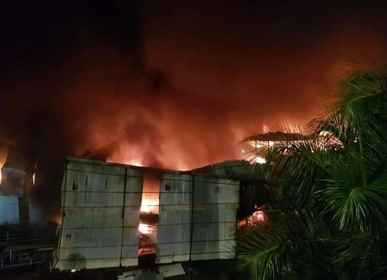 Đến 23 giờ 30, vụ cháy tại Công ty Bóng đèn phích nước Rạng Đông được khống chế ảnh 12