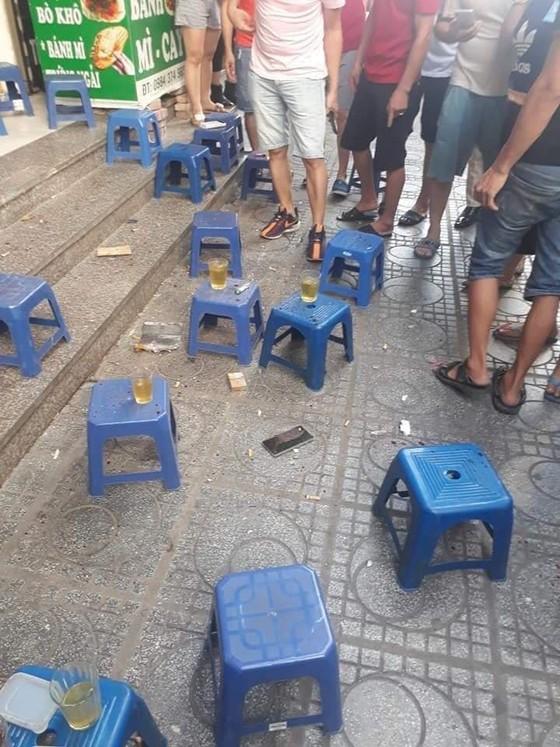 Sau tiếng nổ lớn, người đàn ông nằm gục dưới chân chung cư HH Linh Đàm ảnh 1