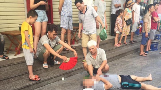Sau tiếng nổ lớn, người đàn ông nằm gục dưới chân chung cư HH Linh Đàm ảnh 2
