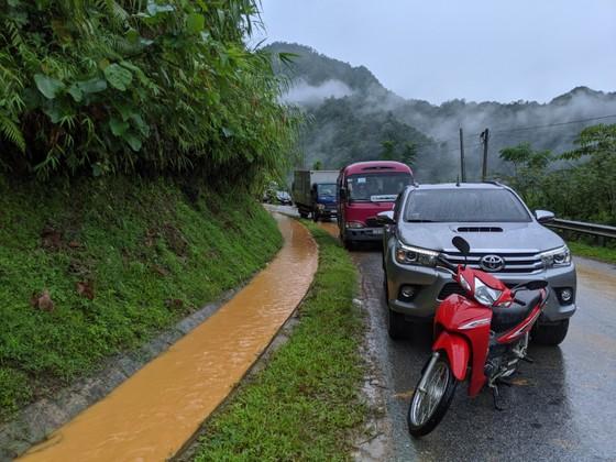Quốc lộ 32 sạt lở, hàng trăm xe ô tô nối đuôi nhau nằm chờ ảnh 7