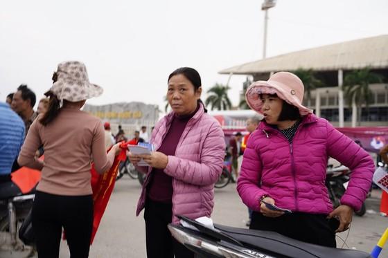 Lo tắc đường, hàng ngàn cổ động viên đến Mỹ Đình sớm cổ vũ đội tuyển Việt Nam ảnh 16