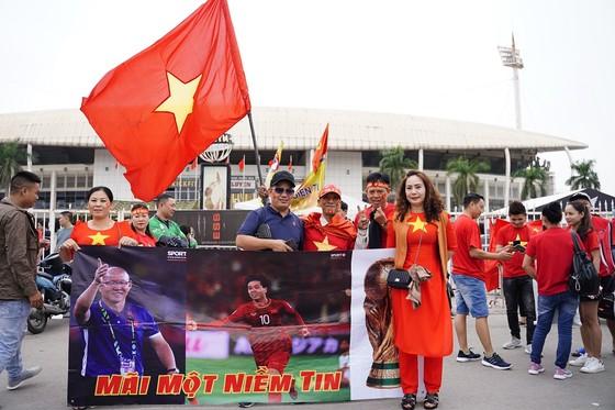 Lo tắc đường, hàng ngàn cổ động viên đến Mỹ Đình sớm cổ vũ đội tuyển Việt Nam ảnh 1