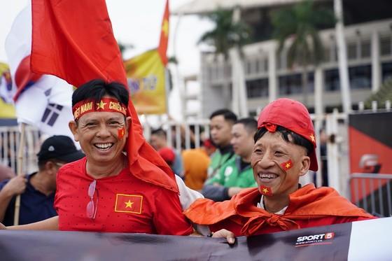 Lo tắc đường, hàng ngàn cổ động viên đến Mỹ Đình sớm cổ vũ đội tuyển Việt Nam ảnh 2