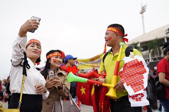 Lo tắc đường, hàng ngàn cổ động viên đến Mỹ Đình sớm cổ vũ đội tuyển Việt Nam ảnh 3