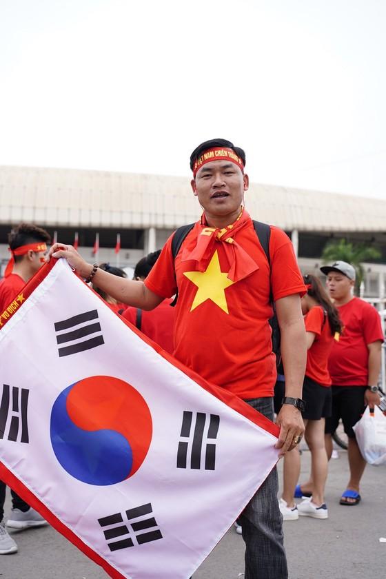 Lo tắc đường, hàng ngàn cổ động viên đến Mỹ Đình sớm cổ vũ đội tuyển Việt Nam ảnh 4