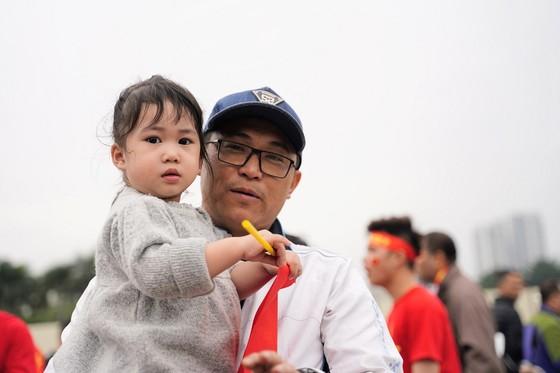 Lo tắc đường, hàng ngàn cổ động viên đến Mỹ Đình sớm cổ vũ đội tuyển Việt Nam ảnh 6