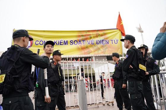 Lo tắc đường, hàng ngàn cổ động viên đến Mỹ Đình sớm cổ vũ đội tuyển Việt Nam ảnh 12