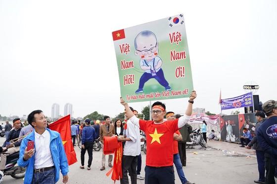 Lo tắc đường, hàng ngàn cổ động viên đến Mỹ Đình sớm cổ vũ đội tuyển Việt Nam