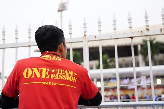 Lo tắc đường, hàng ngàn cổ động viên đến Mỹ Đình sớm cổ vũ đội tuyển Việt Nam ảnh 11