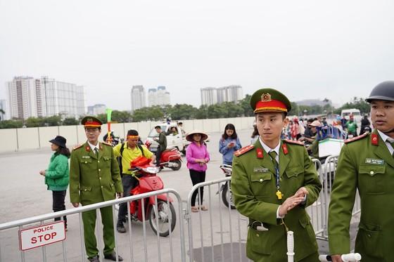 Lo tắc đường, hàng ngàn cổ động viên đến Mỹ Đình sớm cổ vũ đội tuyển Việt Nam ảnh 13