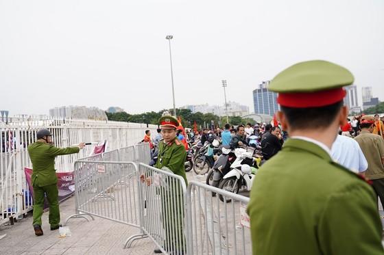 Lo tắc đường, hàng ngàn cổ động viên đến Mỹ Đình sớm cổ vũ đội tuyển Việt Nam ảnh 14
