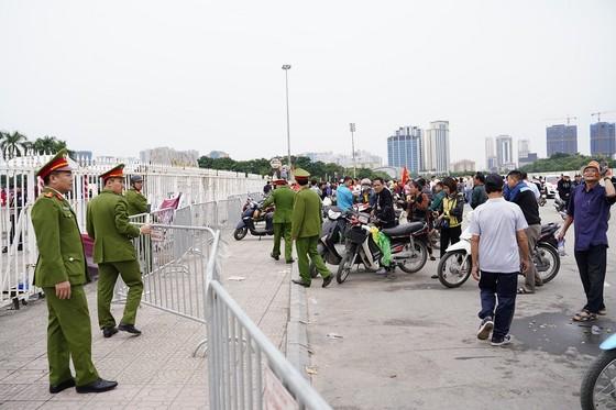 Lo tắc đường, hàng ngàn cổ động viên đến Mỹ Đình sớm cổ vũ đội tuyển Việt Nam ảnh 15