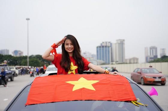 Lo tắc đường, hàng ngàn cổ động viên đến Mỹ Đình sớm cổ vũ đội tuyển Việt Nam ảnh 9