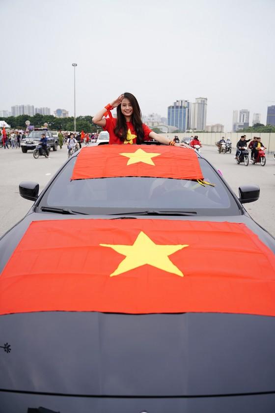 Lo tắc đường, hàng ngàn cổ động viên đến Mỹ Đình sớm cổ vũ đội tuyển Việt Nam ảnh 10