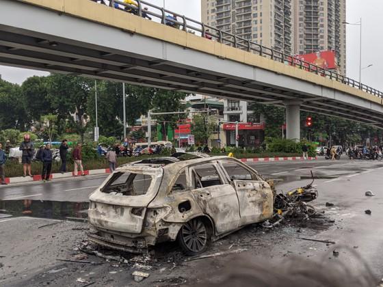 Va chạm với xe máy, xe ô tô bốc cháy dữ dội ảnh 5